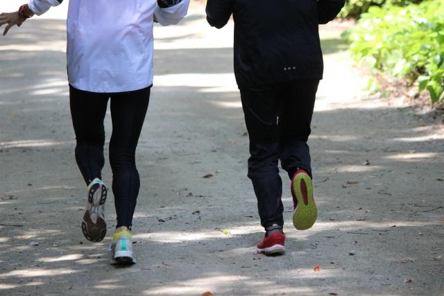 運動をしている男性と女性