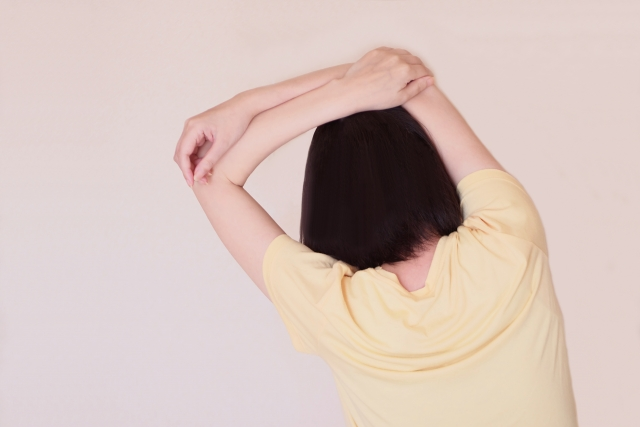 手を上に組んで肩甲骨を伸ばすストレッチ