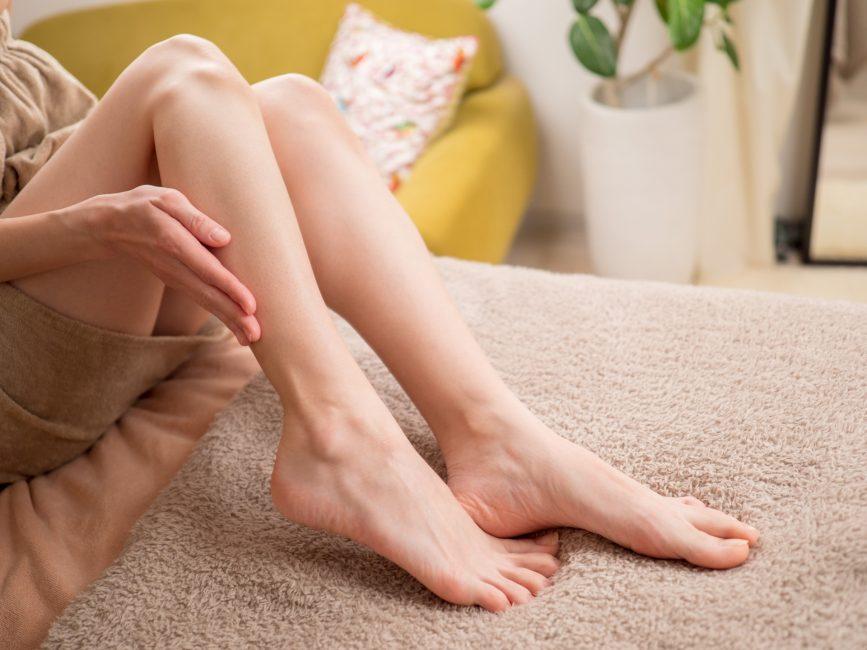 足のむくみが気になる女性の写真