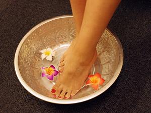 足湯で足を温めてから開始します