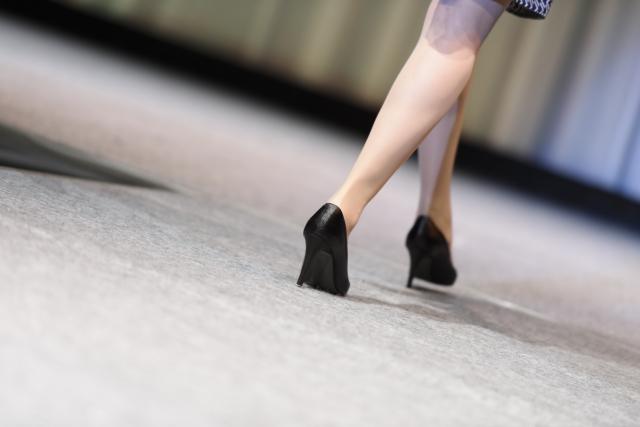 足に悩みを抱えた女性の写真