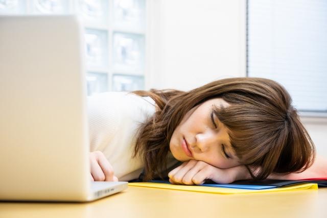 脳疲労でデスクワークにやる気が出ない女性